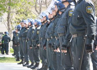 Polis nazirliyi mühasirəyə aldı