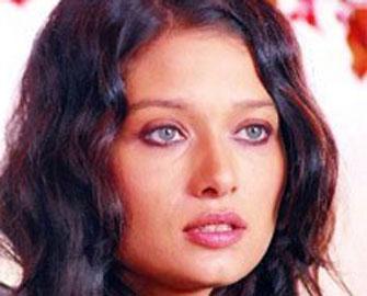 <b>Məşhur aktrisa canlı yayımda ağladı – <font color=red>Video</b></font>