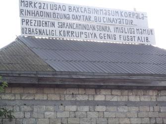 <b>Musa Rahim evinin damına yenə də şüar yazdı -<font color=red> Foto</b></font>