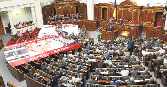 Yuliya Timoşenko parlamentə gətirildi