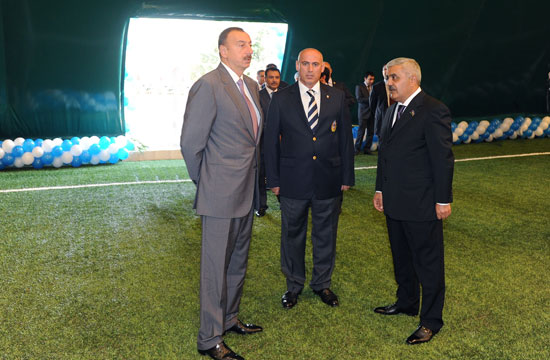 <b>İlham Əliyev futbol meydançasına getdi -<font color=red> Fotolar</b></font>