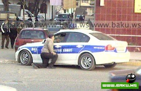 Sürücü polis maşınının şüşəsini sındırdı