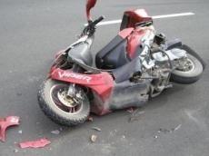 Motorolleri  aşdı, sürücü öldü