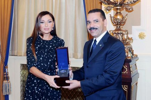 <b>Mehriban Əliyevaya İNTERPOL-un medalı təqdim edilib</b>