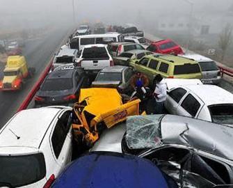 <b>Yüzdən artıq avtomobil bir-birinə çırpıldı</b>