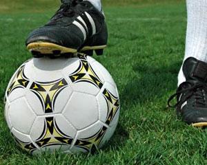 Futbolçunun zərbəsinə top da dözmədi –<font color=red> Video</font>