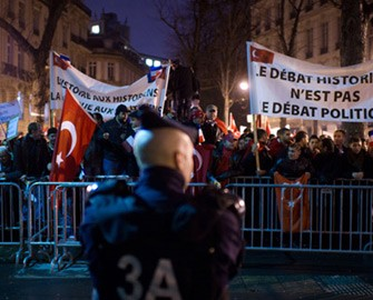 <b>Parisdə Fransa Senatına etirazlar başladı </b>