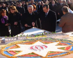Eldar Əzizov 50 metrlik tortu kəsdi