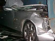 <b>Paytaxtda avtomobil dirəyə çırpıldı: 1 ölü, 1 yaralı</b>