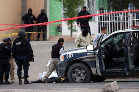 <b>Avtomobilini saxlayan polisləri öldürdü</b>