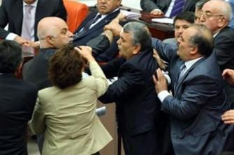 <b>Parlamentdə yumruq davası düşdü</b>