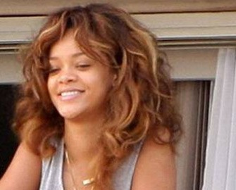 <b>Rihanna balkonda yaxalandı- <font color=red>Fotolar</b></font>