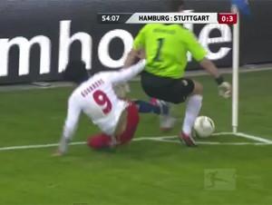 """<b>Futbolçu rəqibini """"karate"""" zərbəsiylə yerə sərdi –<font color=red> Video</b></font>"""