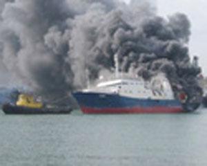 Səyahət gəmisi yandı