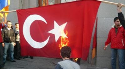 <b>Ermənilər Türkiyə bayrağını yandırdı</b>