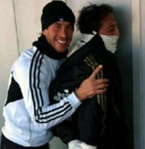Ramos Özilin qollarını niyə bağlayıb? – <font color=red>Foto</font>