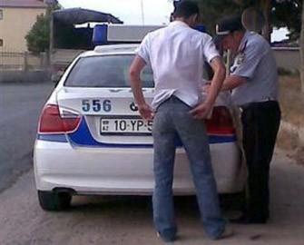 <b>Azərbaycanda sürücü yol polisini döydü</b>