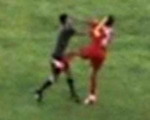 <b>Hakim futbolçunu belə döydü - <font color=red>Video</b></font>