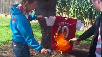 """""""Arsenal"""" azərkeşləri Van Persinin formasını yandırır -<font color=red> Foto</font>"""
