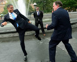 """<b>""""Obama"""" rəqibinə təpik atdı - <font color=red>Fotolar</b></font>"""