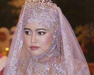 <b>22 milyard sərvəti olan sultanın qızı adi məmurla evləndi</b>