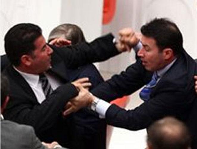 Parlamentdə deputatlar yumruq davasına çıxdılar
