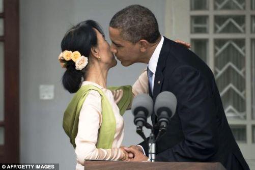 Obamanın qucaqlaşıb öpüşmələri – <font color=red>fotolar</font>