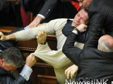Parlamentdə əlbəyaxa dava - <font color=red>Video</font>