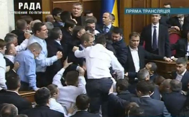 Parlamentdə yenə yumruqlaşdılar - <font color=red>Video</font>