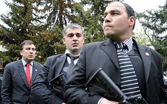 Saakaşvili mühafizəçilərindən imtina edir