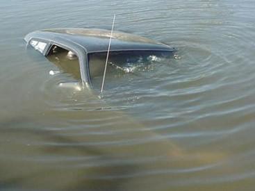 Avtomobil kanala düşdü