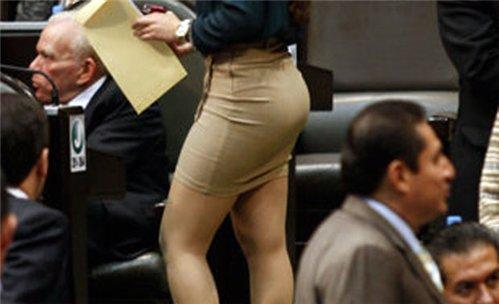 Parlamentdə mini yubkalı deputat