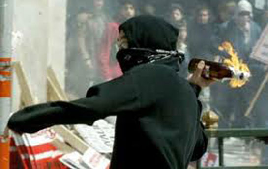 """Gənclərə qarşı şok iddia irəli sürüldü –<font color=red> """"Molotov kokteyli"""" + Narkotika</font>"""