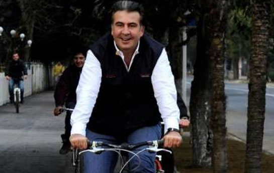Saakaşvili velosipeddən yıxıldı, qolu sındı