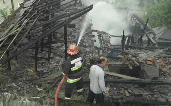 Bakıda yaşayış binası yanıb