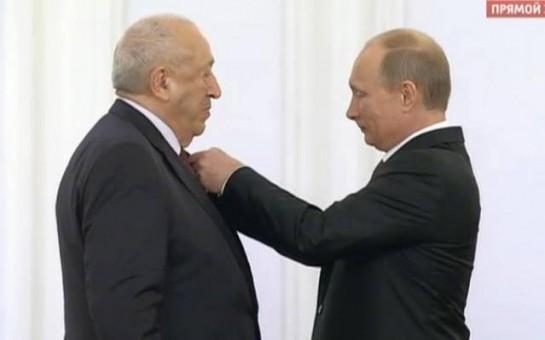 Putin azərbaycanlı rəssamın mükafatını təqdim etdi-