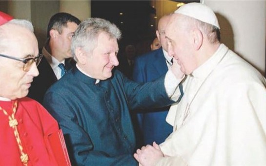 Papanın sağ əli liftdə başqa kişi ilə yaxalandı