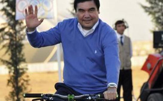 Prezident velosipedlə küçədə gəzdi -