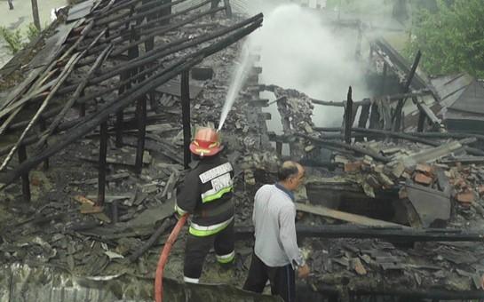 Ağsuda ev yandı-
