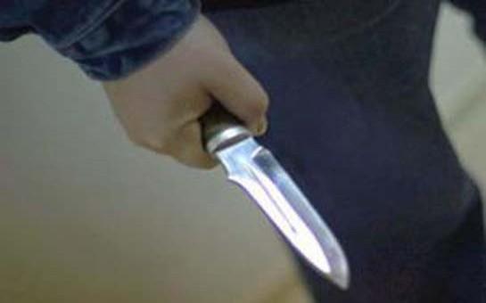 Kürəkən qaynatasını bıçaqladı