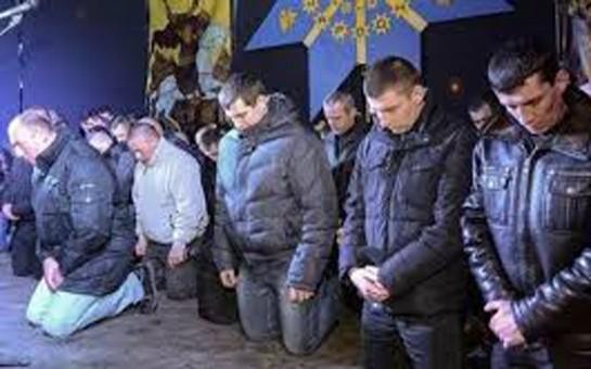 Ukraynada polislər diz çökərək xalqdan üzr istədi