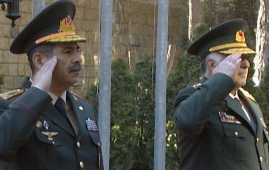 Zakir Həsənov hərbi salam verməyi bacarmır?-