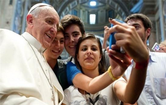 Papa da selfi çəkdirdi