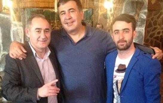 Saakaşvili azərbaycanlı müğənni ilə bir arada-