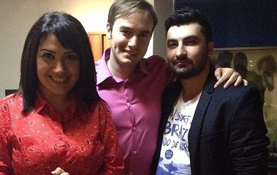Mustafa yeni evli cütlüklə bir arada-