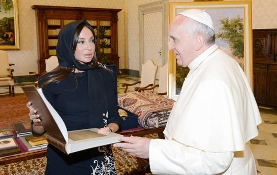 Mehriban Əliyeva Roma Papası ilə görüşdü-