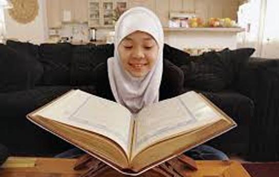Quran oxuyan qadının baş bağlaması şərt deyil
