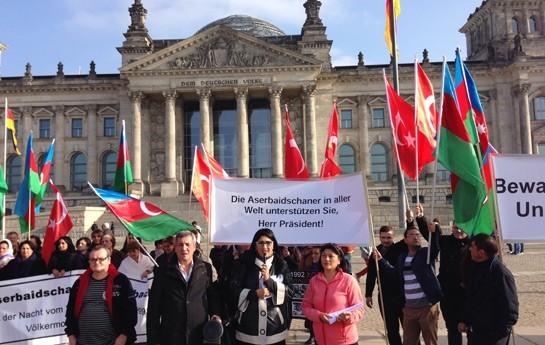 Azərbaycanlılar Reyxstaqın qarşısında aksiya keçirdi-