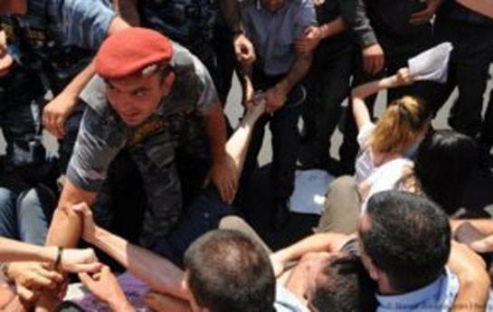 Aksiyaçılarla polis arasında toqquşma-
