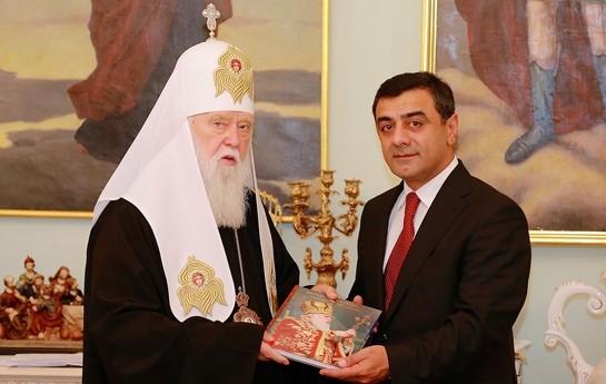 Azərbaycanlı diplomat patriarxa Quran bağışladı-
